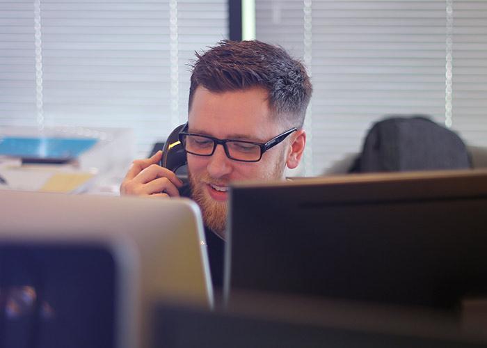 Puhelinpalvelun ja puhelinmyynnin valmennus – Eroon luurikammosta